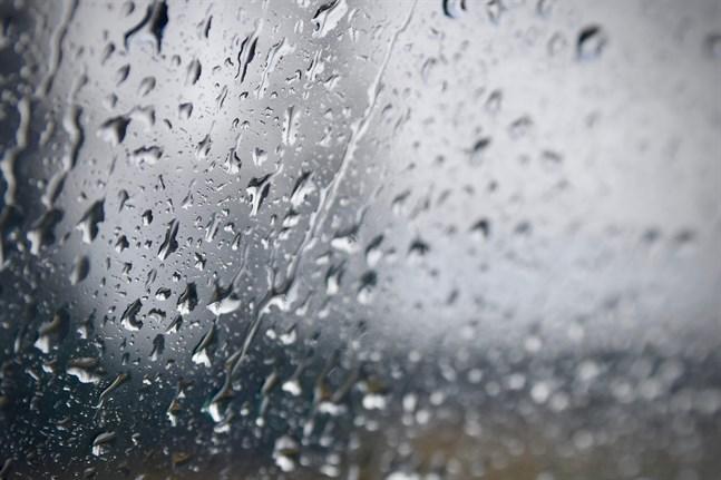 –Åskfronten är mycket smal och rör sig snabbt. I praktiken rör den sig nu i Finlands mellersta delar, säger Anna Latvala, jourhavande meteorolog vid Foreca, på söndagseftermiddagen.