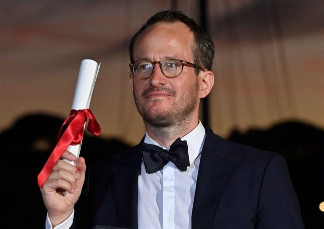Regissören Juho Kuosmanen blev på lördagen den andra finländaren någonsin att få Grand Prix-priset på filmfestivalen i Cannes. Priset är festivalens mest prestigefyllda efter Guldpalmen.