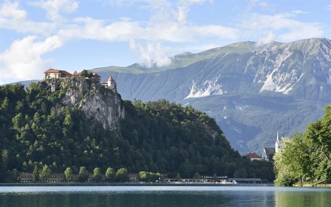 Det medeltida Bled-slottet, med anor från 1000-talet, tronar över den vackra Bled-sjön i nordvästra Slovenien. Sjön och slottet är ett av landets mest populära turistmål.