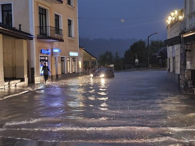 Höga vattennivåer i Berchtesgadener i Bayern i Tyskland, där undantagstillstånd har utlysts till följd av översvämningar och lerskred.