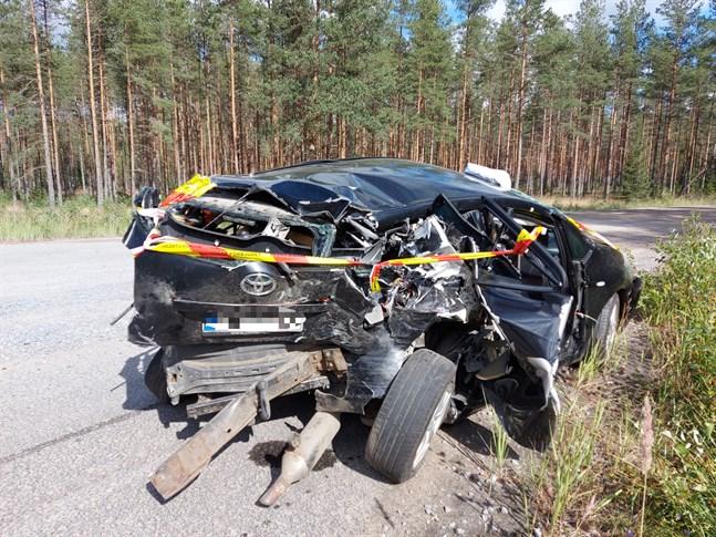 En bil blev totalförstörd i olyckan på riksväg 8 i Karleby.