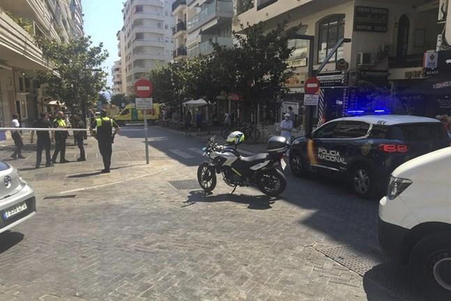 Spansk polis spärrar av olycksområdet där en bil kört in i flera uteserveringar i Marbella i södra Spanien. Minst tio människor skadades och polisen utreder fallet som en olyckshändelse.
