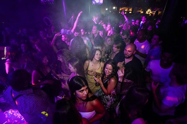 Hög stämning på dansgolvet på klubben The Piano Works i London, efter att den fått öppna på nytt natten till måndagen.