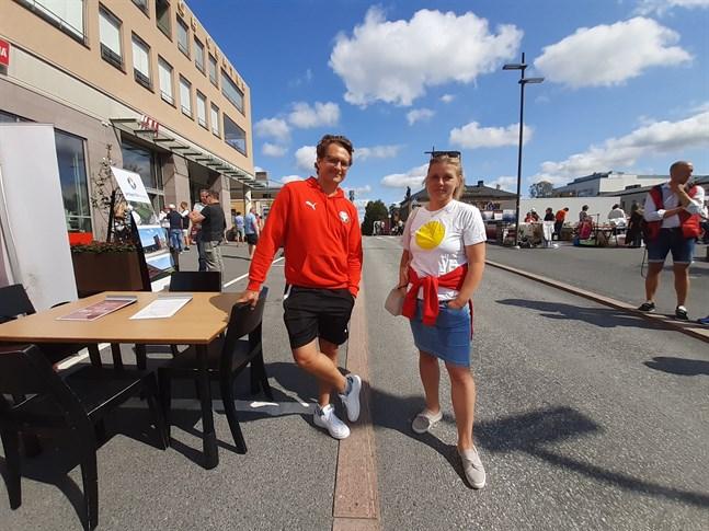 Markus Kronholm i samspråk med Heidi Matinlassi om bland annat Jaros hemmamatcher på onsdag och lördag.