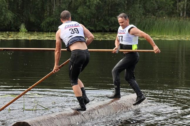 Nummer 39 Jori Mikkonen och nummer 77 Riku Pakanen kämpar på stocken i Evijärvi i helgen.