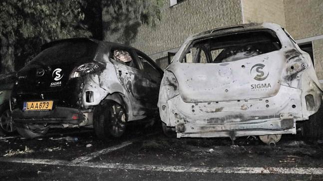Brända bilar utanför tv-kanalen Sigma TV:s högkvater i Nicosia.