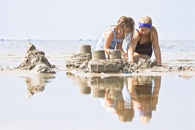 Elsa Veikkola och Nina Ingman höll på att bygga ett sandslott.