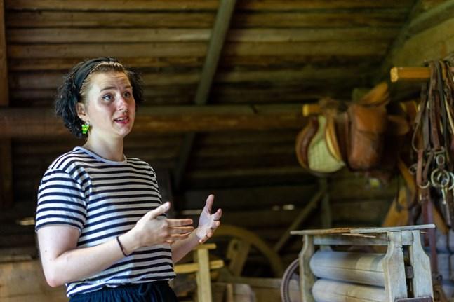 Hilma Forsberg digitaliserar alla föremål vid Torgare lantbruksmuseum i sommar.