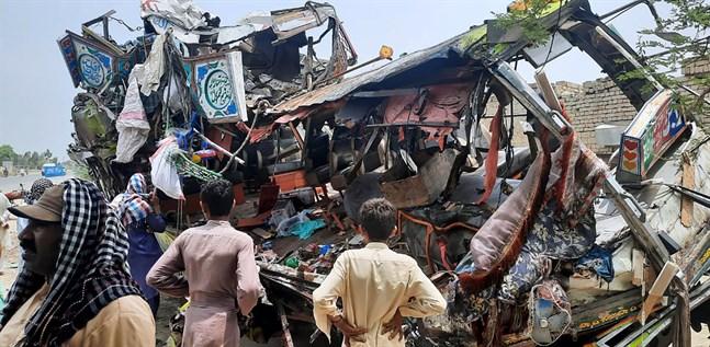 Bussvraket efter den svåra olyckan väster om pakistanska Multan.