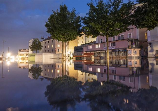 Vatten har svämmat över en gata i den tyska staden Passau, nära gränsen till Österrike.