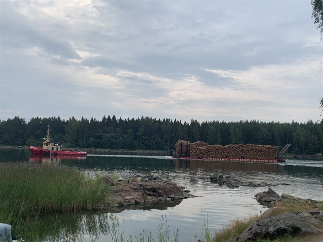 Virkespråmen som hämtar vindfällen från Harvungön i Korsnäs på väg genom Storskatsundet till Kaskö hamn.