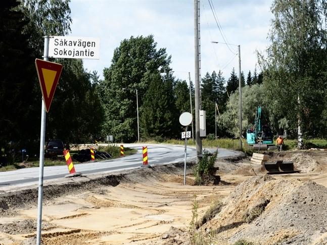 Flygfältsvägen i Kronoby får en gång- och cykeläg. Här vid Påras gamla skola får busshållplatsen lov att flytta på sig för den nya vägen.