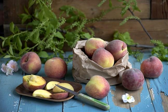 Persikor – den perfekta sommarfrukten som är svår att motstå.