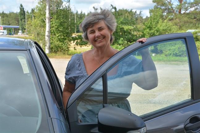 Hedvig Lindholm från Karis i Raseborg åkt bil till Österbotten för att se så många sommarteatrar som möjligt. Hon har tyckt om att gå på teater sedan hon var barn.
