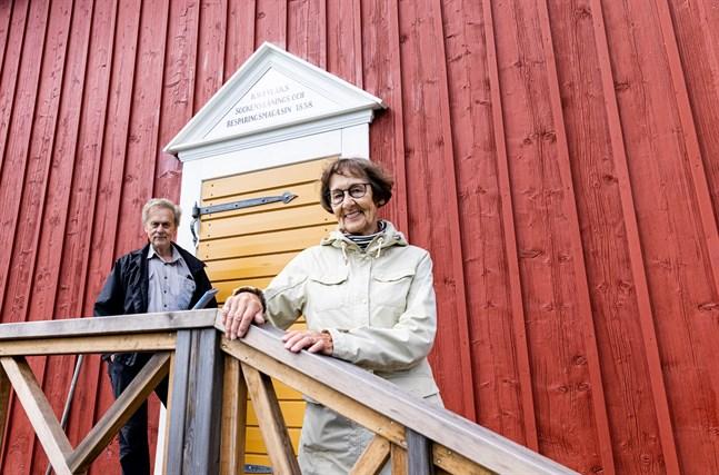 Mikael Herrgård och Ulla-Maj Salin vid ingången som är byggd i gammal stil.