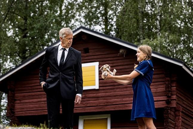 En ung och driftig Fanny Smeds (Linn Österberg) ägnar sig åt affärer – här försöker hon sälja en kanin åt Johannes Smeds (Ulf Johansson).