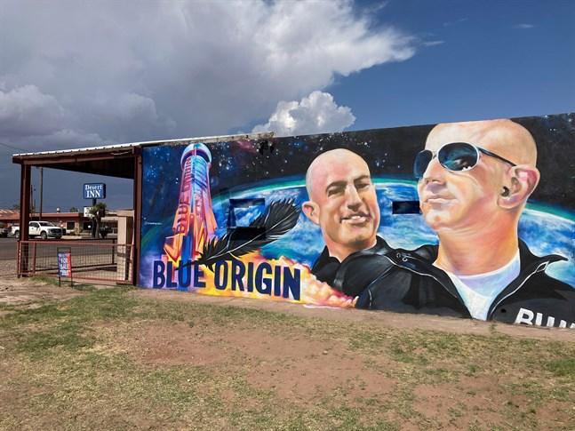 En byggnad i Van Horn, Texas, varifrån Jeff Bezos ska åka till rymden, har fått en väggmålning föreställandes mångmiljardären inför resan.