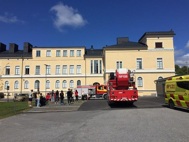 Personalen, ungefär 15 personer, utrymde Styrelsegården och stod och väntade utanför medan brandmännen släckte branden.