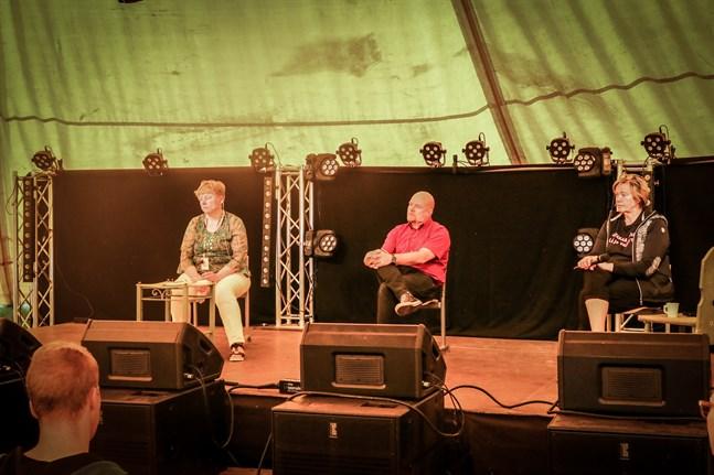 Outi Airola (till höger) modererade diskussionen mellan Stina Mattila, Timo Sivula och publiken.