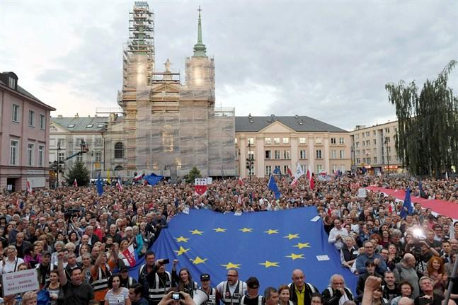 Den 14 juli slog Polens författningsdomstol fast att landet inte behöver följa beslut från EU-domstolen. Bilden är från demonstrationerna utanför författningsdomstolen i Warszawa den 21 november 2018 när polackerna ville visa sitt stöd för de polska domarna.