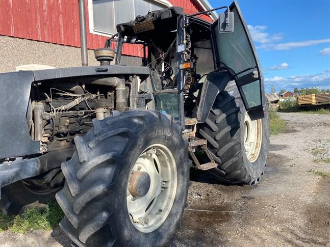 En traktor började brinna i Jeppo på tisdagseftermiddagen.