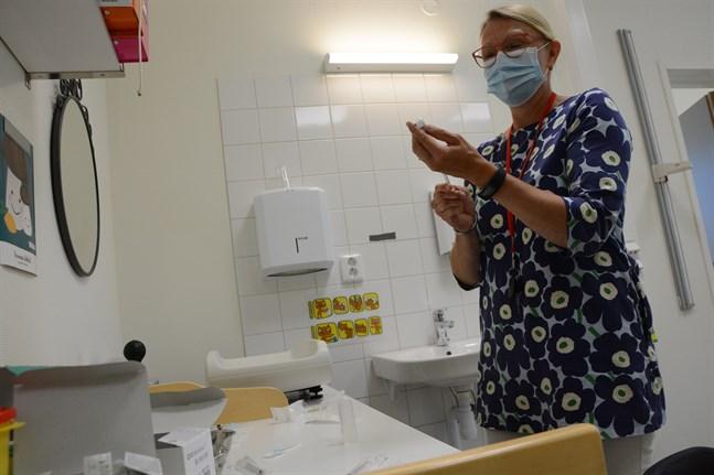 Sjukskötaren Ulla Hellsten förbereder tisdagens vaccindoser.
