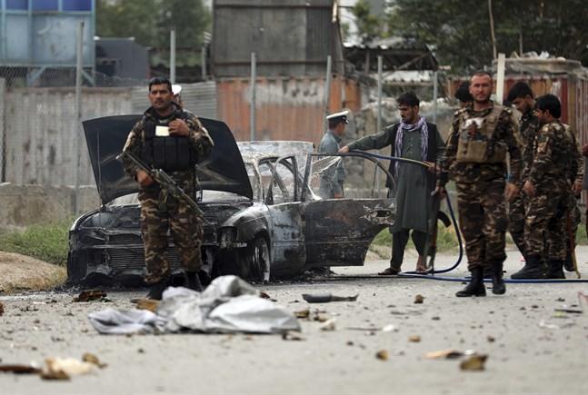 En bil från vilken raketerna kan ha avfyrats inspekteras i Afghanistans huvudstad Kabul efter attacken.