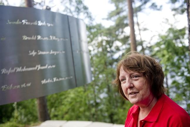 Lisbeth Kristine Røyneland vid minnesmärket på Utøya. Hennes dotter Synne mördades på ön för tio år sedan. Arkivbild.