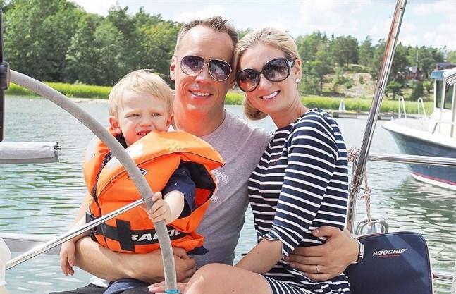 Jessica och Jaska Rantala är på seglats med deras son William i södra Europa.