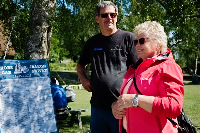 Berit och Martin Eliasson är på besök i Jakobstad under tisdagen. Sommarstugan ligger i Bosund, men bosatta är de vanligtvis i Luleå.