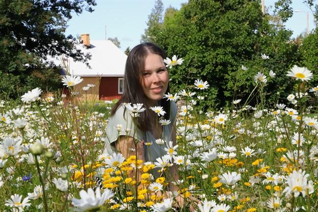 Sara Mannsén har anlagt en sommaräng i Harrström.