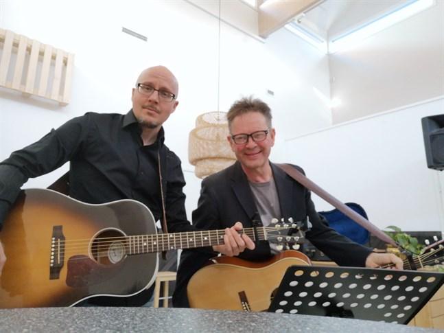 Duon Jarkko Jouppi, till vänster, och Lars Edberg spelar och sjunger på en konsert i Frank Mangs Center.