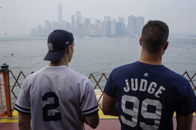 Röken från skogsbränderna ligger tjock över Manhattan i New York.