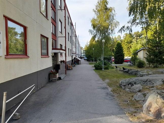En vattenskada orsakade stora skador i ett trevåningshus på Myrvägen.