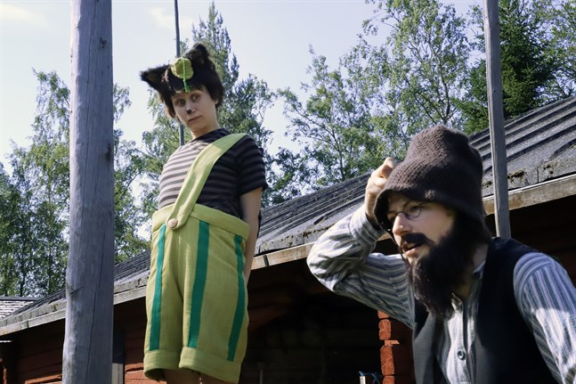 Findus (Anna Moberg) och Pettson (Lotta Ventus) berättar hur livet kunde se ut på en bondgård förr i tiden.