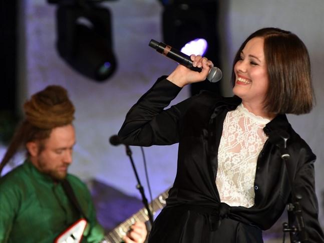 Oona Airola hörde till de artister vars uppträdande på plats i Kaustby också kunde ses på folkmusikfestivalens webbsidor.