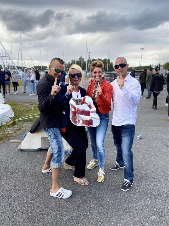 Dennis & Karin Kronholm och Jessica & Toni Krohn i Team Kronan firar segern i årets upplaga av Jeppis2Sea.
