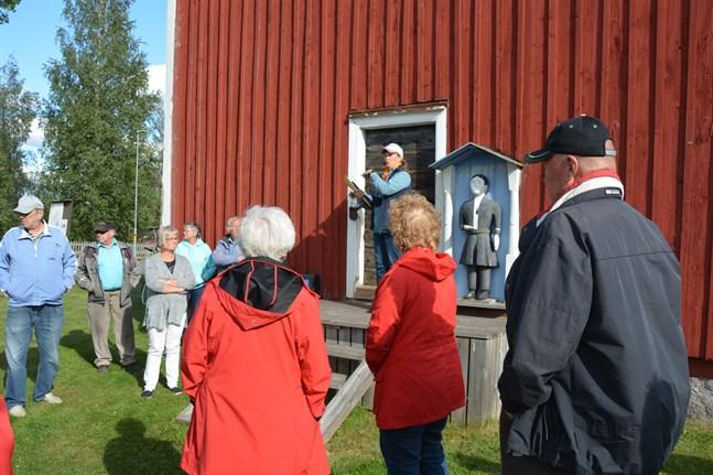 Under tisdagens kyrkogårdsvandring i Pörtom bjöds det på berättelser om Berga glasbruk, fattiggubbar och annat lokalhistoriskt. Guiden Ann-Christin Källros berättar om byn för deltagarna.