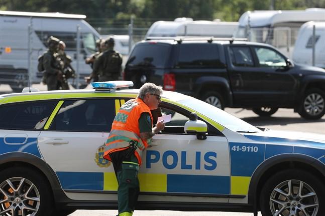 En stor insats pågår på Hällbyfängelset utanför Eskilstuna. Två intagna tog personal som gisslan.