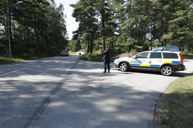 Två fångar har tagit personal som gisslan på Hällbyfängelset. Polisen har spärrat av vägar i området.