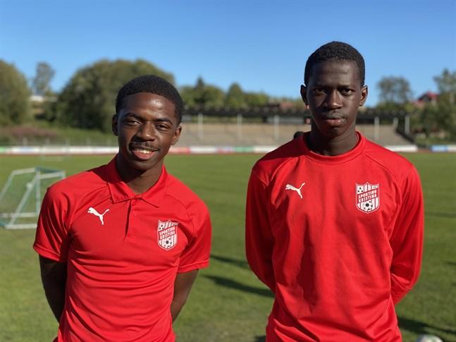 Eli Wembankoy, till vänster, är ny mittback i Sporting. Till höger lagets nya anfallare Sewane Ibrahima som redan hunnit spela en match för sitt nya lag. Går allt i lås har Sporting med fyra nya spelare nästa match.