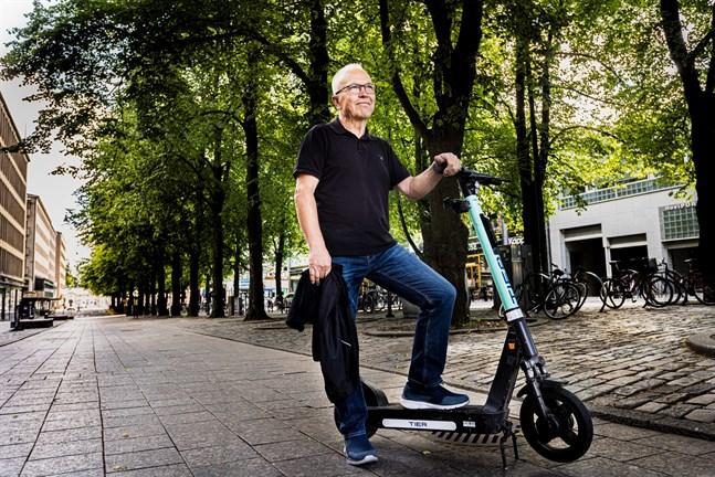 Elektricitet driver sparkcykeln som Rune Westergård står på. Eldrift är också framtidens melodi. EU vill att nya bilar ska vara utsläppsfria år 2035.