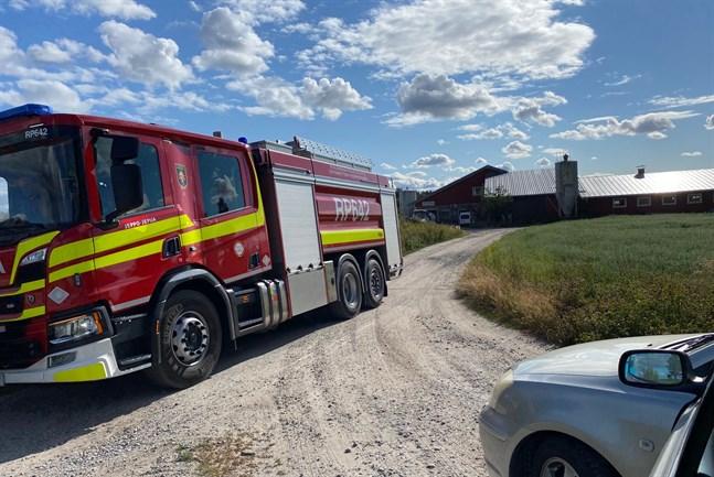 Branden på Dan Backs mjölkgård är släckt och räddningsmanskapet på väg tillbaka till brandstationen i Jeppo. Besvikelsen över att inte kunna tala svenska med nödcentralen pyr dock ännu.
