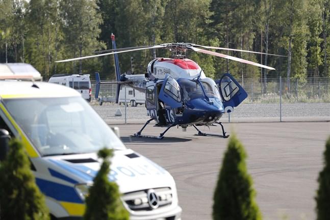 En polishelikopter på plats i samband med gisslandramat på Hällbyfängelset.