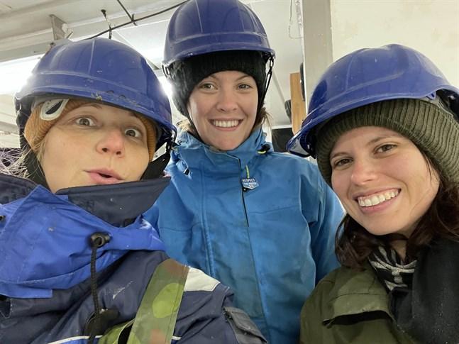 Marinbiologen Anna Törnroos-Remes tillsammans med doktoranderna Phoebe Armitage och Maite Jacquot.