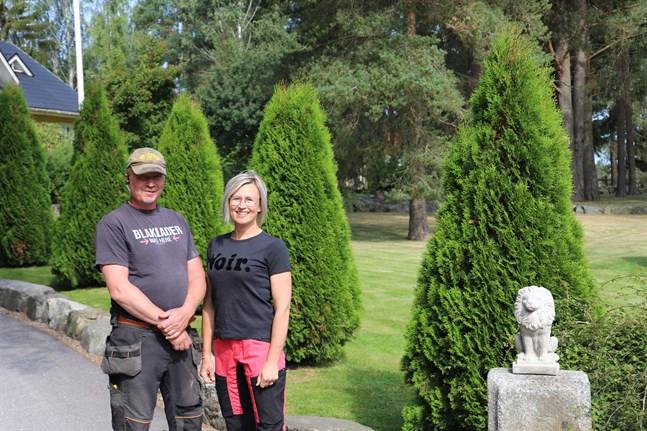 Sami och Marika Koski. På lördag klockan 11–16 finns det möjlighet att besöka öppna trädgårdar i Petalax.