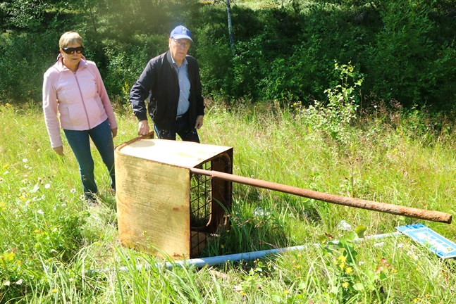 Helmer och Kerstin Lundström är förundrade över vad som har hänt postlådan. Någon måste ha skruvat lös den och kastat den i diket.