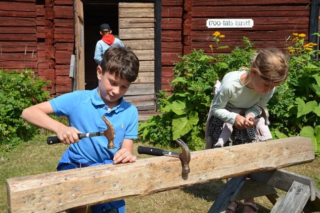 Leo och Stella Truini testar på att slå in spikar med hammare.