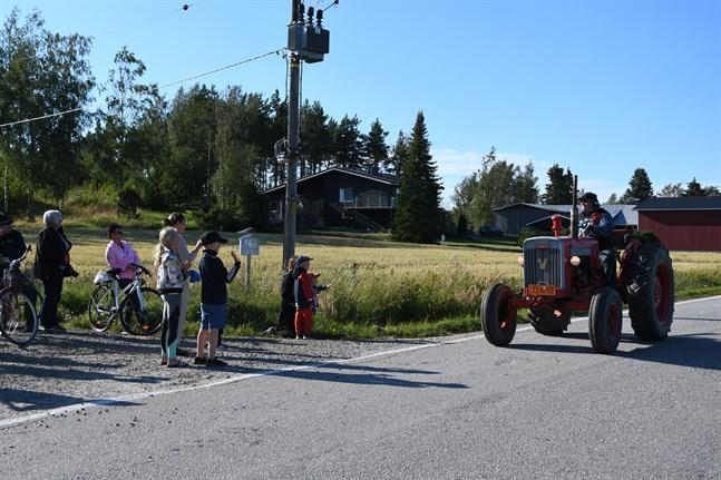 Längs Tjärlaxvägen rullade 15 veterantraktorer genom byn på onsdagen. Byborna kom ut till vägen för att njuta av uppvisningen.