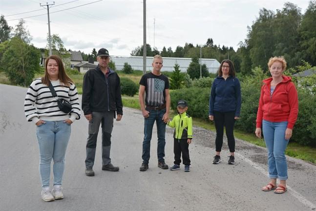 Bodbackaborna är glada över att landsvägen genom byn får ny beläggning. Emma Vesterlund, Peter Vesterlund, Andreas Malm, Arvid Malm, Maria Lönnvik och Karina Westmalm.